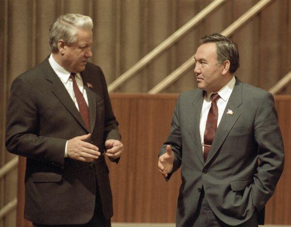 Председатель Верховного Совета РСФСР Борис Ельцин и президент Казахской ССР Нурсултан Назарбаев на IV съезде народных депутатов СССР