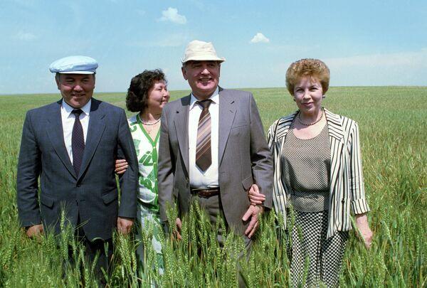 Чета Горбачевых в поле
