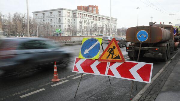 Знаки Дорожные работы (временный), Направление объездного ремонтируемого участка дороги, Объезд препятствий слева на дороге в Москве