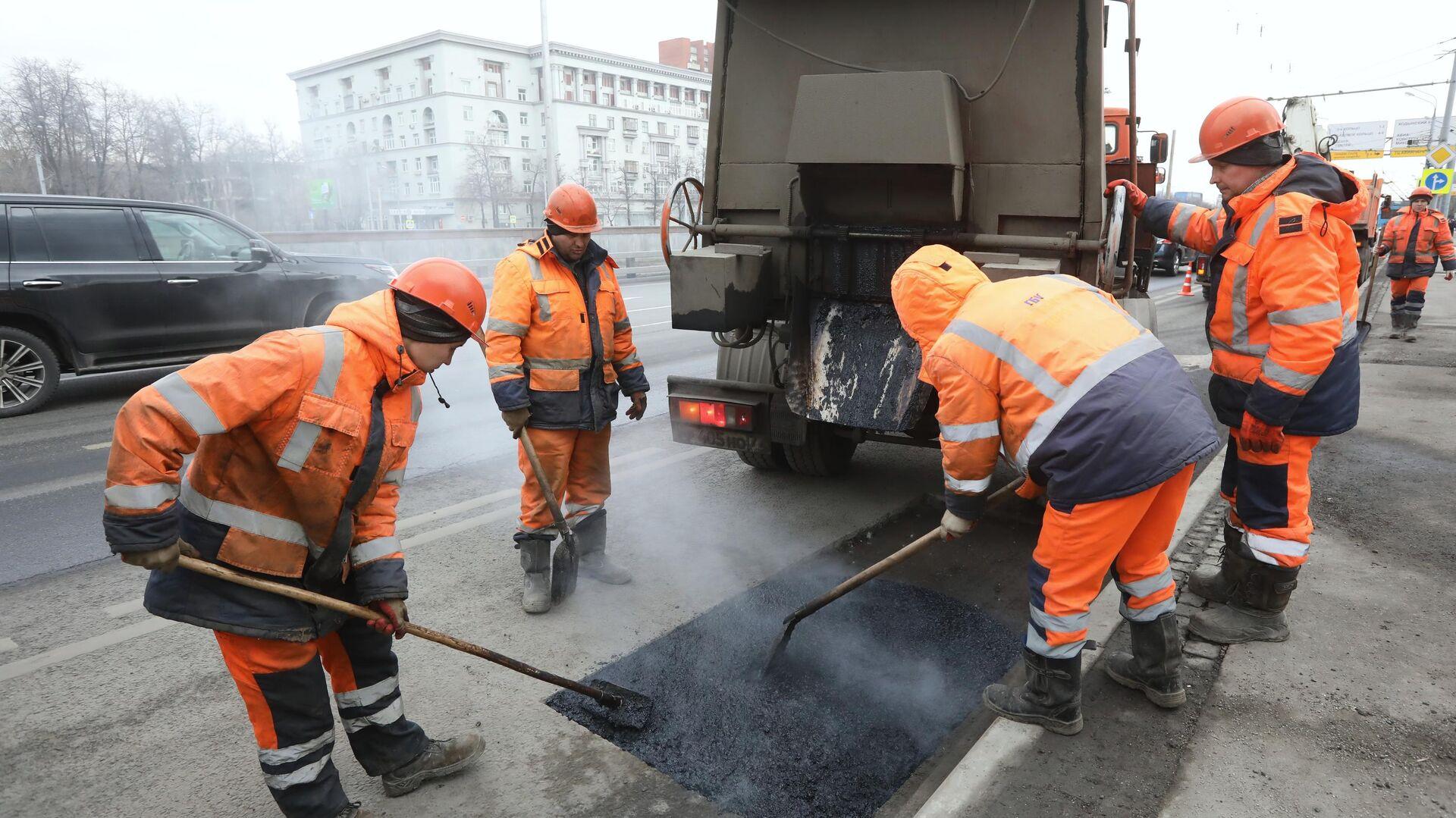 Рабочие бригады проводят ремонт дорожного покрытия - РИА Новости, 1920, 03.12.2020