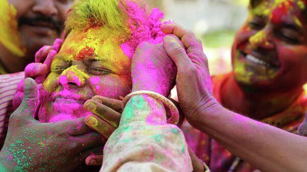 Участники фестиваля Холи в Аллахабаде, Индия. 20 марта 2019 года