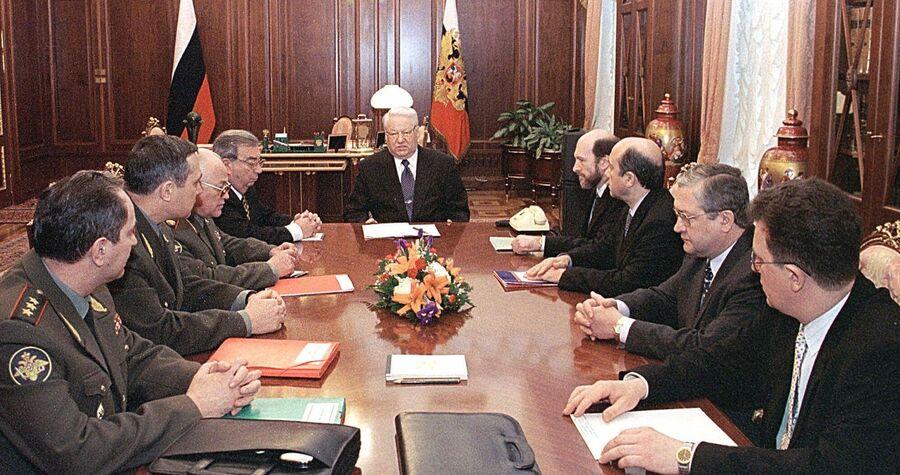 Президент РФ Борис Ельцин во время встречи с министрами в Кремле, посвященной ситуации на Балканах. 26 марта 1999