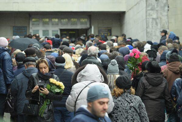 Прощание с певицей Юлией Началовой на Троекуровском кладбище