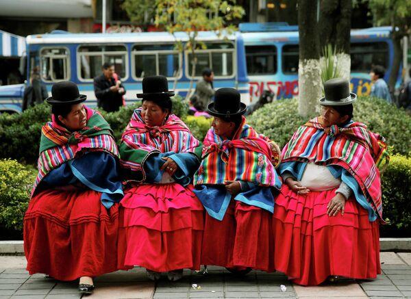 Женщины поддерживающие общину Qhara Qhara, отдыхают во время акции протеста в Ла-Пасе, Боливия