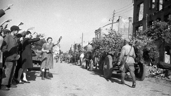 Освобождение Польши от немецко-фашистской оккупации. Жители города Белосток приветствуют советских воинов-освободителей. 1944 год