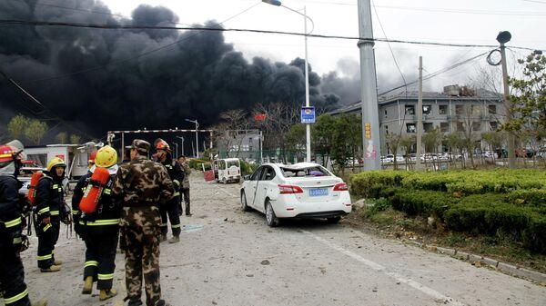Спасатели на месте взрыва на химзаводе в китайской восточной провинции Цзянсу