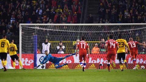 Вратарь сборной России Маринато Гилерме (в центре на дальнем плане) пропускает мяч после удара полузащитника сборной Бельгии Эдена Азара