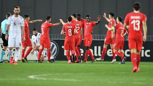Футболисты сборной Швейцарии радуются забитому мячу