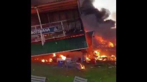 Кадр из видео последствий того, как мужчина в Ботсване протаранил свой дом на частном самолете