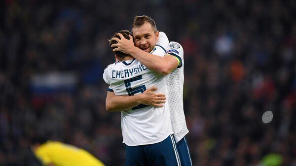 Футболисты сборной России Денис Черышев и Артём Дзюба радуются забитому голу