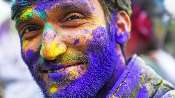 Участник фестиваля красок Холи-Мела в Центре индийской культуры в Москве