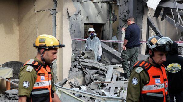 Израильские полицейские и солдаты осматривают дом, поврежденный в результате обстрелов. 25 марта 2019