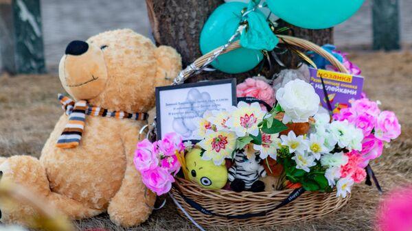 Цветы и мягкие игрушки у мемориала в память о жертвах пожара в торгово-развлекательном центре Зимняя вишня в Кемерово