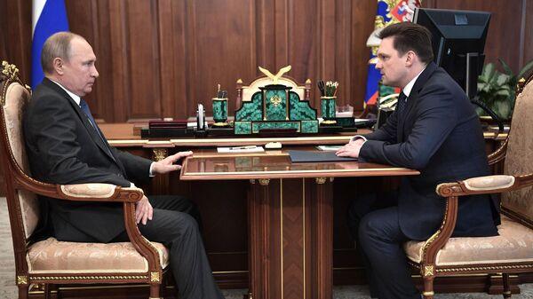 Владимир Путин и генеральный директор ФГУП Почта России Николай Подгузов во время встречи. 25 марта 2019