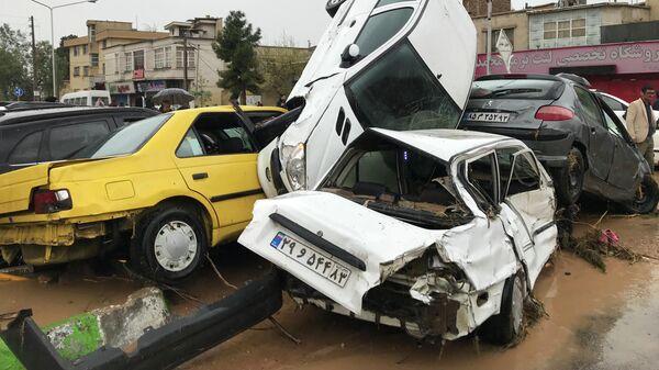 Автомобили на улице города Шираз в Иране после наводнения