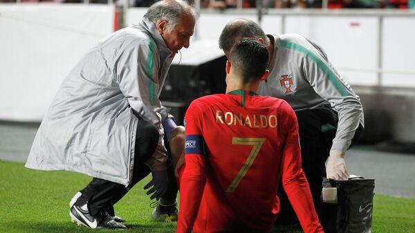 Нападающий сборной Португалии Криштиану Роналду в матче с Сербией