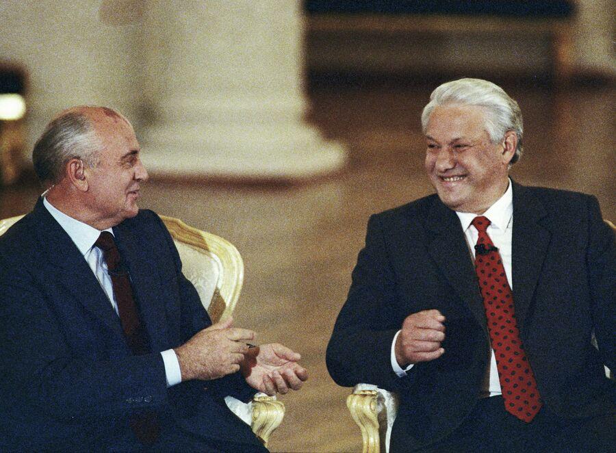 Президент СССР Михаил Горбачев и президент России Борис Ельцин