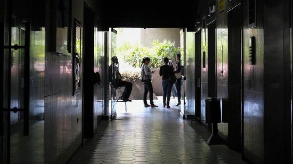Люди в магазине во время отключения электроэнергии в Каракасе