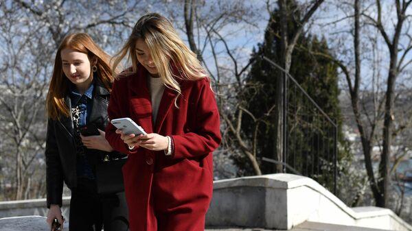 Девушки весной в Севастополе