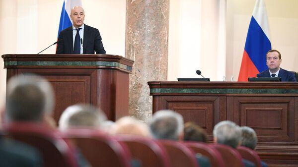 Антон Силуанов и Дмитрий Медведев на расширенном заседании коллегии министерства финансов РФ