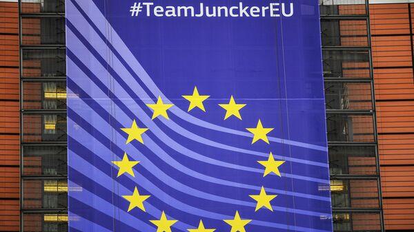 Баннер с символикой Евросоюза на здании Европейской Комиссии в Брюсселе.