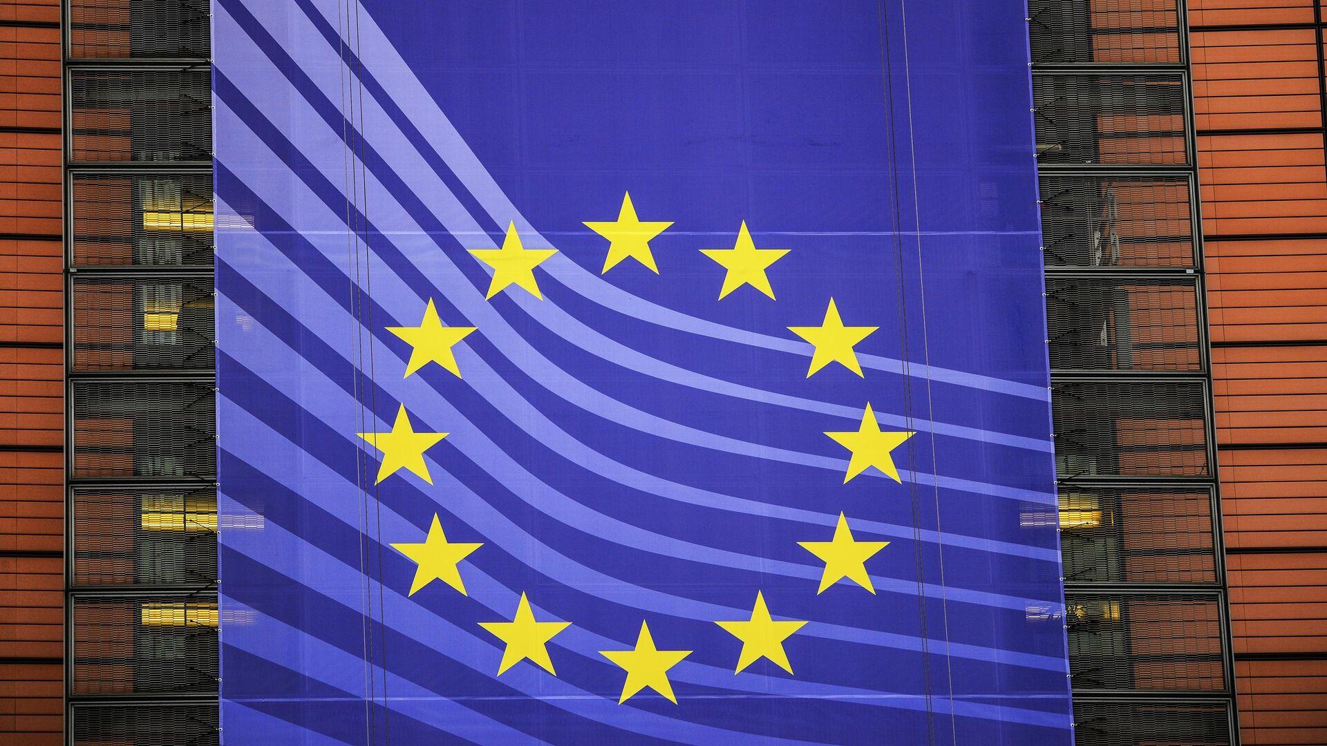 Баннер с символикой Евросоюза на здании Европейской Комиссии в Брюсселе. - РИА Новости, 1920, 26.12.2020