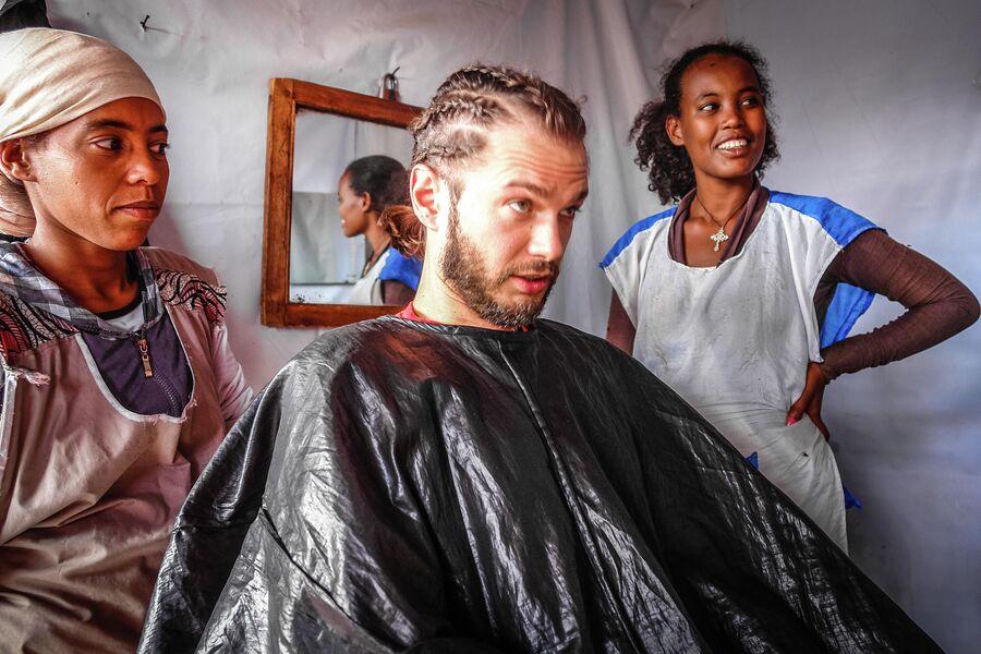 Эфиопия, делаю дреды в парикмахерской в трущобах Аддис-Абебы. ноябрь 2015