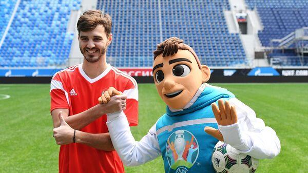 Александр Ерохин и официальный талисман чемпионата Европы по футболу 2020 мальчик Скиллз