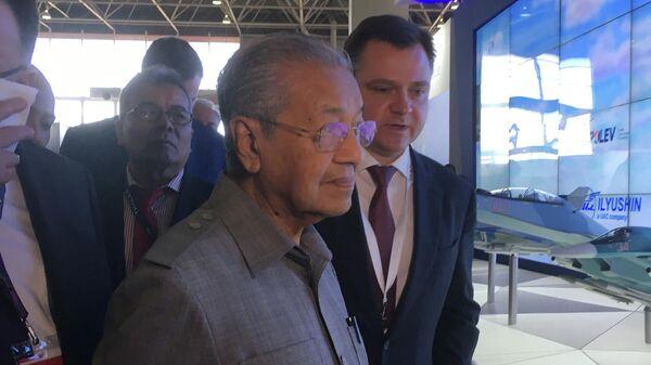 Премьер-министр Малайзии Махатхир Мохамад в сопровождении Министра промышленности и торговли Дениса Мантурова на стенде ОАК на выставке авиационно-космической и военно-морской техники LIMA-2019