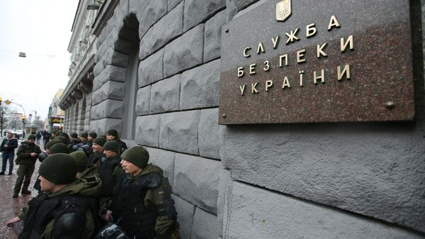 Сотрудники правоохранительных органов у здания СБУ в Киеве