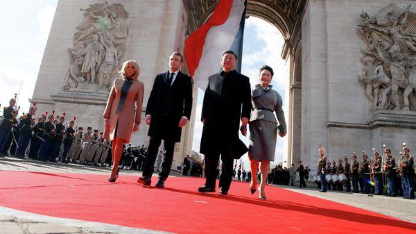 Президент Франции Эммануэль Макарон с супругой Бриджит Макрон и председатель КНР Си Цзиньпин с супругой Пэн Лиюан у Триумфальной арки в Париже
