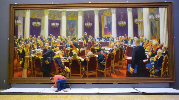 Сотрудник музея возле картины Торжественное заседание Государственного совета 7 мая 1901 года в день столетнего юбилея со дня его учреждения во время подготовки выставки Ильи Репина в Третьяковской галерее на Крымском валу