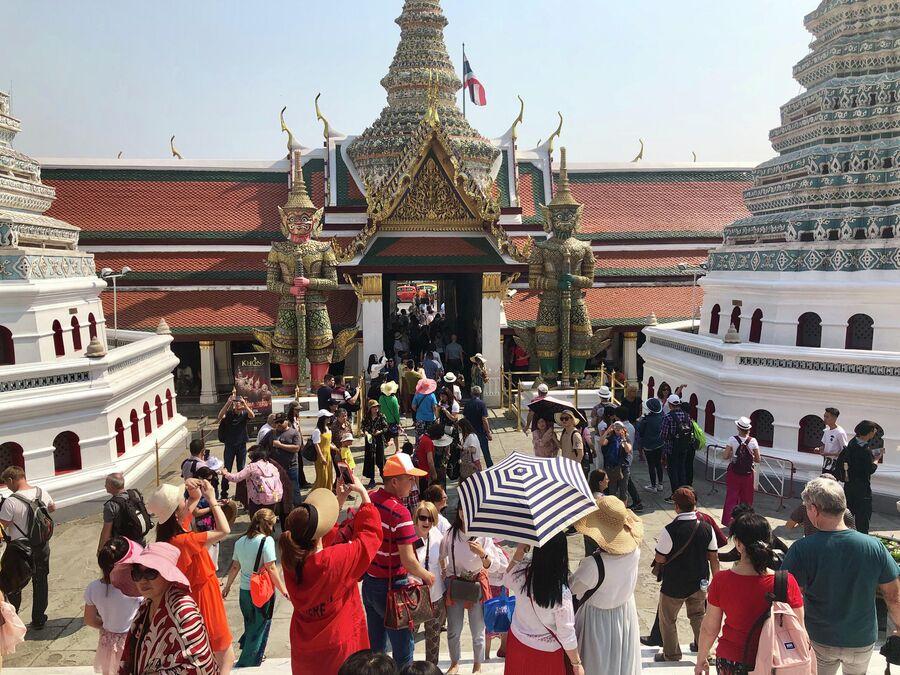 Туристы на выходе из Большого дворца, Бангкок, Таиланд