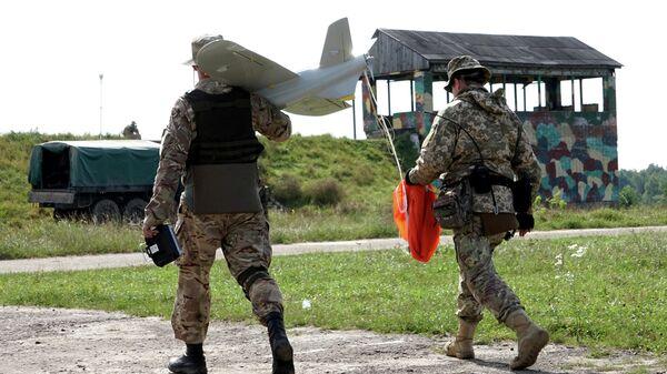 Украинские военные с беспилотным летательным аппаратом на полигоне