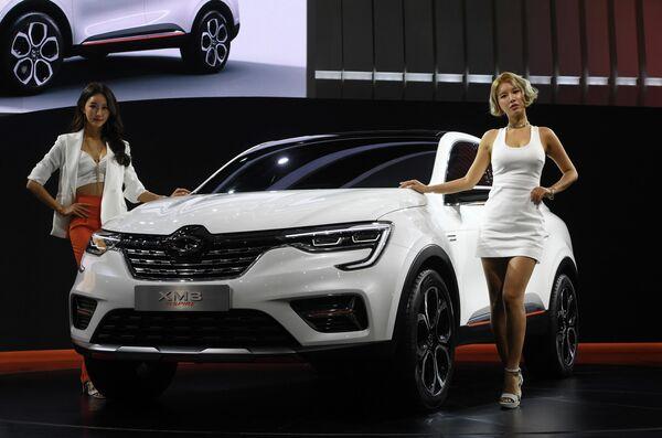 Модели позируют у автомобиля Renault Samsung XM3 Inspire на пресс-показе автосалона в Южной Корее