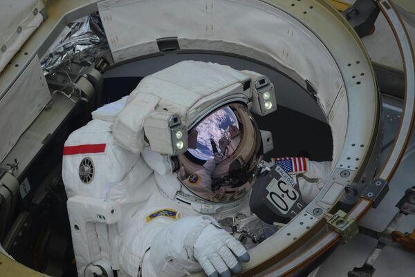 Выход в открытый космос астронавтов NASA Энн Макклейн и Ника Хейга
