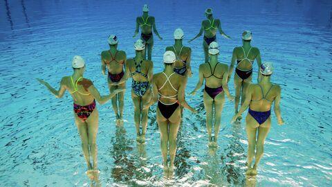Спортсменки сборной России по синхронному плаванию во время тренировки. Изображение перевернуто на 180 градусов
