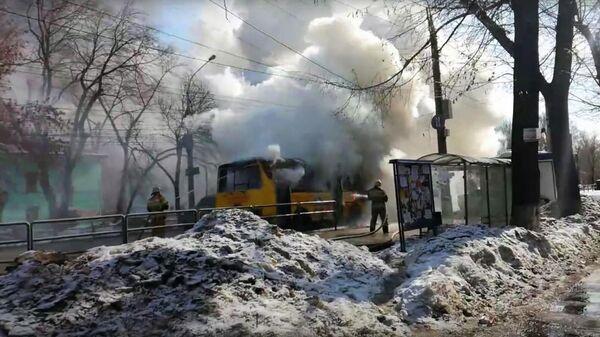 Сотрудники МЧС во время ликвидации возгорания автобуса в Самаре