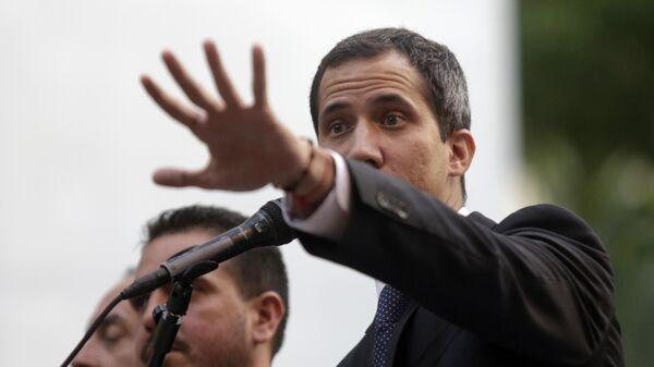 Лидер оппозиции Хуан Гуаидо во время выступления на митинге в Каракасе