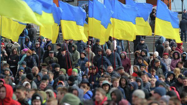 Украинские флаги на площади Независимости в Киеве