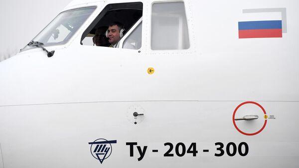 Пилоты в кабине самолета Ту-204-300 Сергей Королев на аэродроме Чкаловский в Московской области. Архивное фото