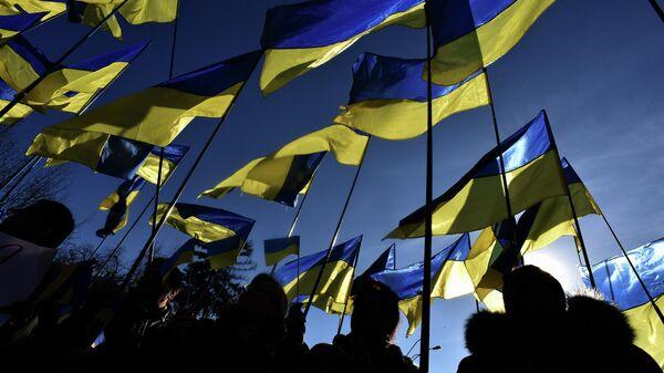 Люди с флагами Украины в Киеве