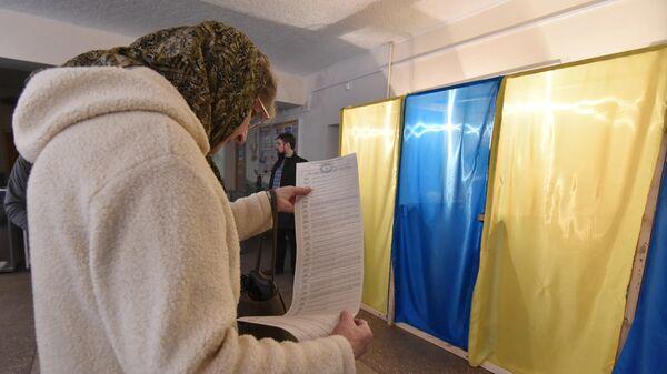 На одном из избирательных участков во время голосования на президентских выборах на Украине. 31 марта 2019