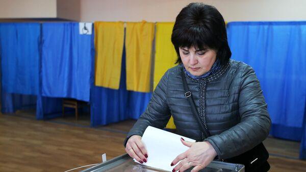 Женщина во время голосования на выборах президента Украины на одном из избирательных участков Киева. 31 марта 2019