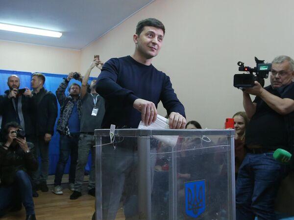 Кандидат в президенты Украины, актер Владимир Зеленский во время голосования на президентских выборах на одном из избирательных участков Киева. 31 марта 2019