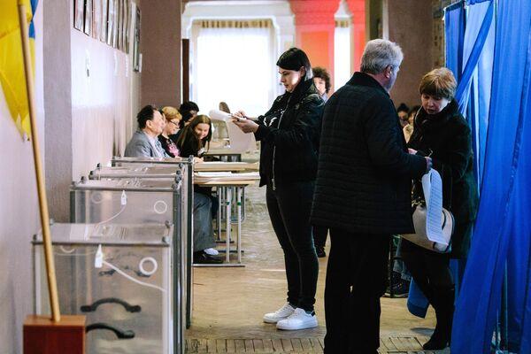 Жители Харькова на одном из избирательных участков города во время голосования на президентских выборах на Украине