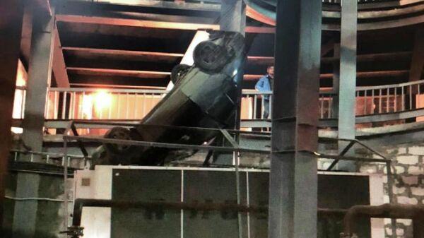 Железнодорожном районе Самары автомобиль с людьми упал  с 4 этажа парковки ТЦ Гудок. 31 марта 2019