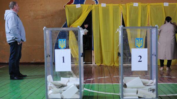 Жители голосуют на президентских выборах на избирательном участке в Донецкой области