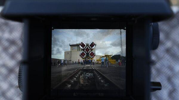 Ракета-носитель Союз-СТ-Б с разгонным блоком Фрегат-МТ и четырьмя европейскими аппаратами O3b в объективе фотоаппарата во время выкатки на стартовый стол космодрома Куру во Французской Гвиане. 1 апреля 2019