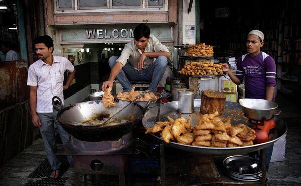Продажа жареной курицы на улице в Нью-Дели, Индия